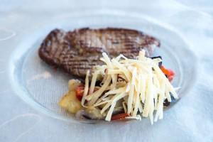 Tagliata di Angus Black Australiano con caponata di verdure gratinate e scaglie di Formaggio di Fossa