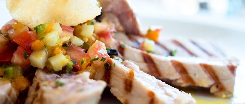 Tagliata di tonno ai ferri con crema di patate Viola, dadolata di verdure arlecchino e cialda di Grana croccante