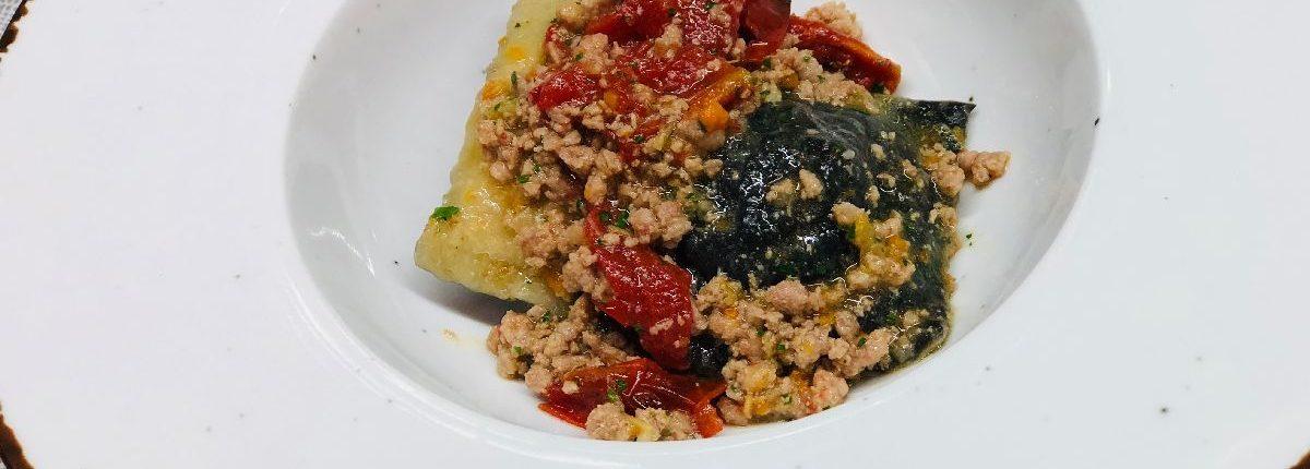 Ravioli fatti a mano con farcia di baccalà e salsa al tonno